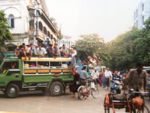 ミャンマーの相乗りバス